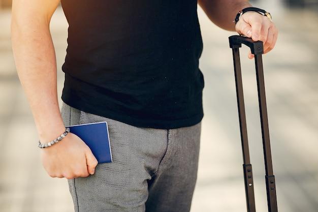 Homem bonito em pé no aeroporto