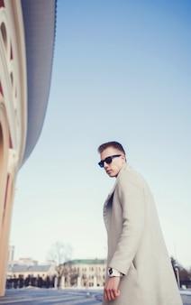 Homem bonito em um casaco elegante