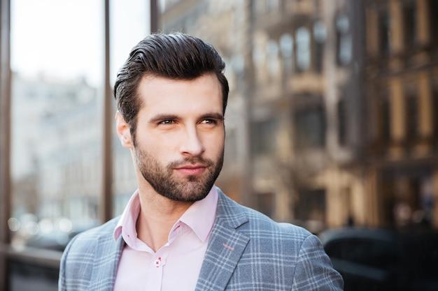 Homem bonito em uma jaqueta