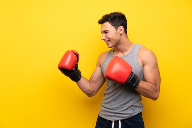 Homem bonito esporte com luvas de boxe