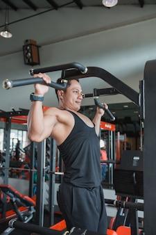 Homem bonito, exercitando e fazendo pull ups