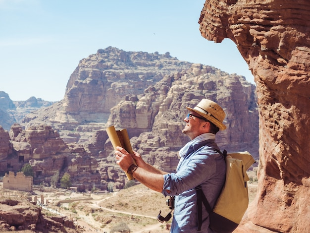 Homem bonito, explorando os pontos turísticos de petra