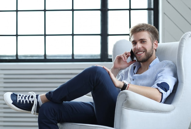 Homem bonito, falando por telefone