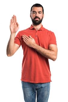Homem bonito fazendo juramento