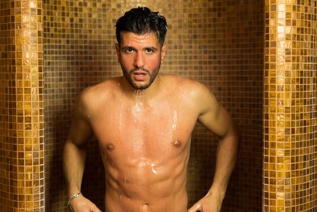 Homem bonito, fazendo um banho em um spa