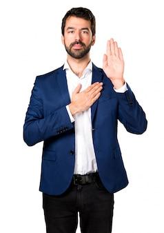 Homem bonito fazendo um juramento