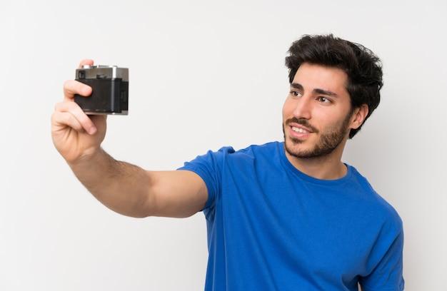 Homem bonito, fazendo uma selfie