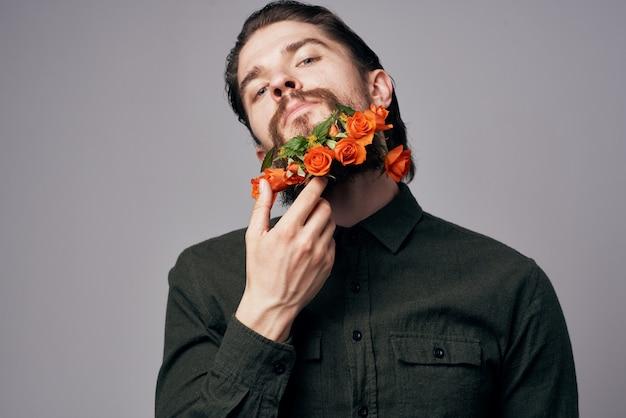 Homem bonito flores em um romance de estilo elegante de jaqueta preta de barba.