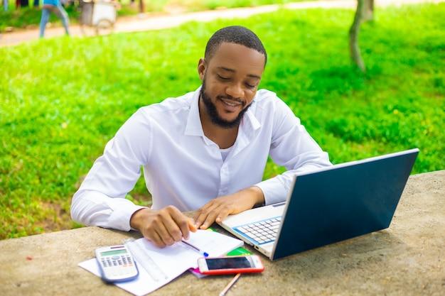 Homem bonito focado trabalhando em seu projeto