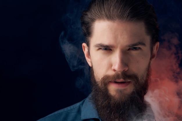 Homem bonito fuma nicotina, moda, estilo de vida, isolado, fundo