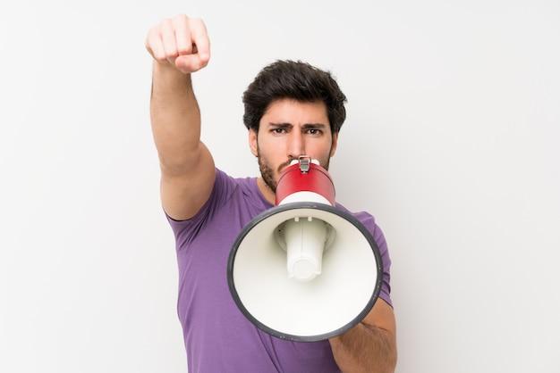 Homem bonito gritando através de um megafone