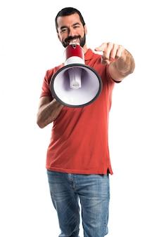 Homem bonito gritando por megafone