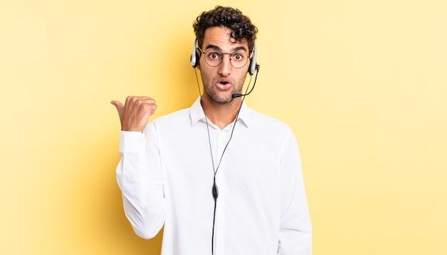Homem bonito hispânico parecendo espantado com a descrença. conceito de telemarketing