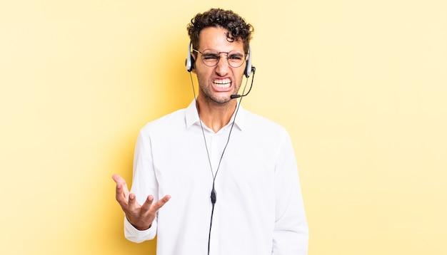 Homem bonito hispânico parecendo irritado, irritado e frustrado. conceito de telemarketing