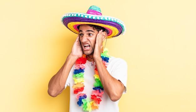 Homem bonito hispânico se sentindo feliz, animado e surpreso. conceito de festa mexicana