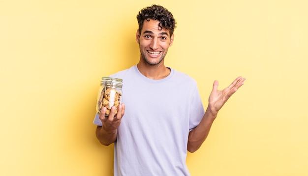 Homem bonito hispânico se sentindo feliz, surpreso ao perceber uma solução ou ideia. conceito de biscoitos