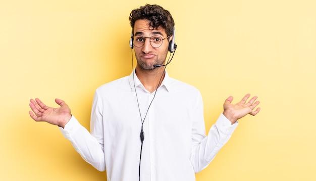 Homem bonito hispânico se sentindo perplexo, confuso e em dúvida. conceito de telemarketing