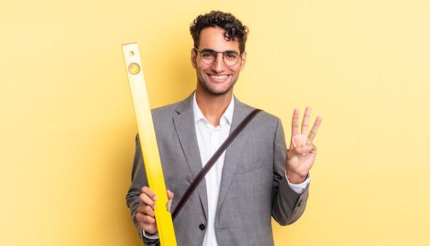Homem bonito hispânico sorrindo e parecendo amigável, mostrando o número três. conceito de arquiteto