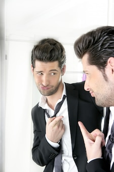 Homem bonito humor gesto engraçado em um espelho