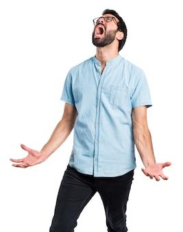 Homem bonito irritado gritando