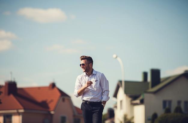 Homem bonito jovem alegre em óculos de sol