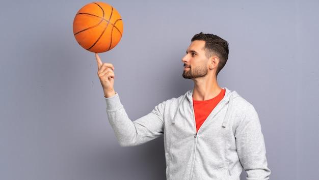 Homem bonito jovem jogador de basquete