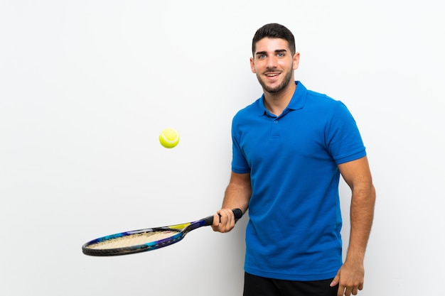 Homem bonito jovem tenista sobre parede branca isolada