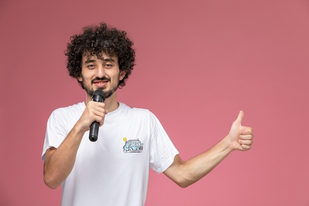 Homem bonito levanta o polegar e canta