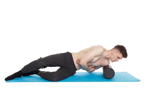 Homem bonito mostra exercícios