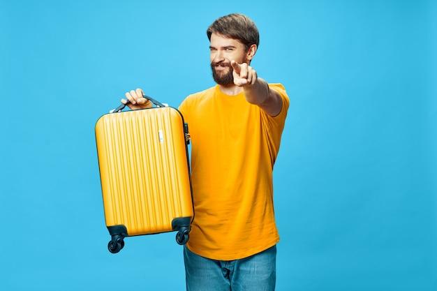 Homem bonito mostra o dedo para a câmera em um azul