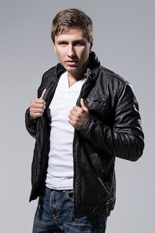 Homem bonito na jaqueta de couro