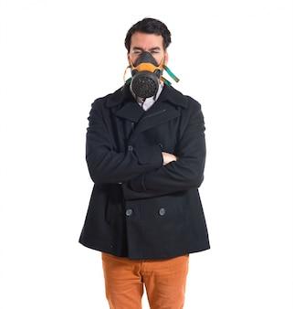 Homem bonito na máscara de gás