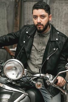 Homem bonito na moto vintage