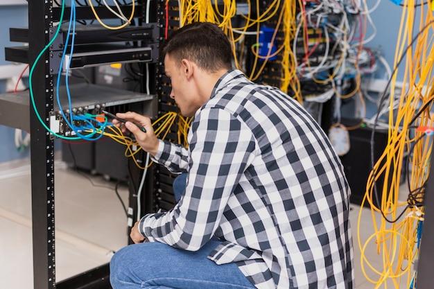 Homem bonito na sala do servidor