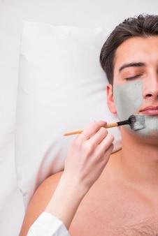 Homem bonito no conceito de massagem spa