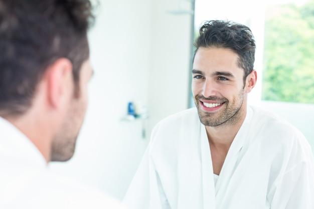 Homem bonito, olhando no espelho