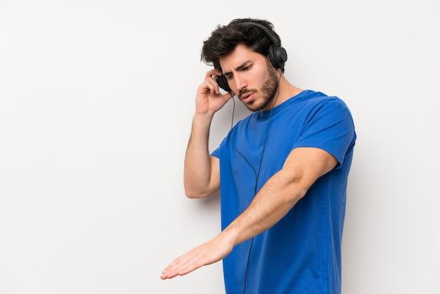 Homem bonito ouvir música com fones de ouvido