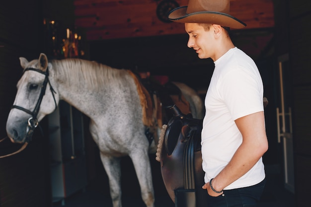 Homem bonito, passar o tempo com um cavalo