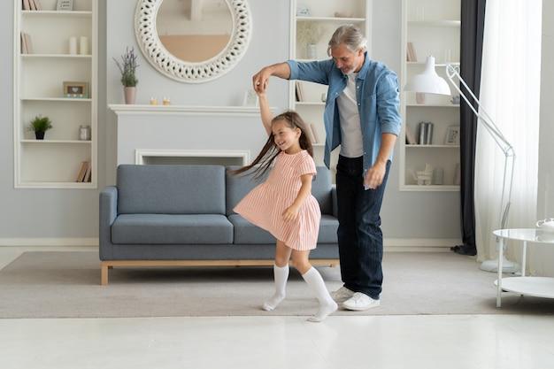 Homem bonito, passar um tempo em casa com sua filha pequena. feliz dia dos pais! pai e filha.
