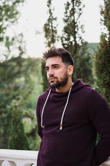 Homem bonito, pensando com concentração