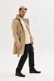 Homem bonito, penteados da moda na moda, casaco estilo outono posando