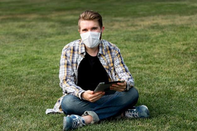 Homem bonito posando com máscara facial