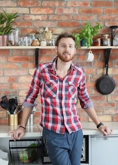 Homem bonito, posando na cozinha
