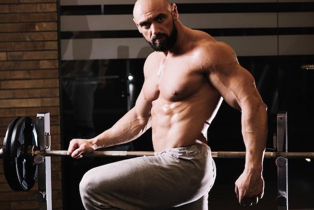 Homem bonito posando perto da barra