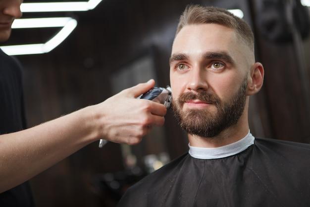 Homem bonito relaxado em uma barbearia