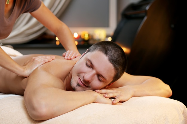 Homem bonito relaxante em um spa