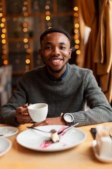 Homem bonito retrato bebendo café