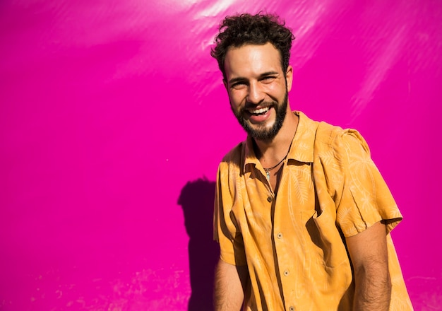 Homem bonito retrato com fundo rosa