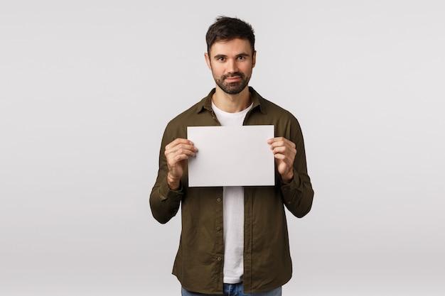 Homem bonito, segurando a folha de papel em branco ou documento