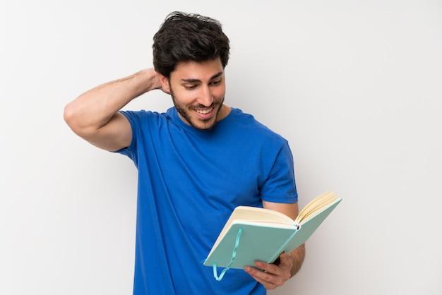 Homem bonito, segurando e lendo um livro